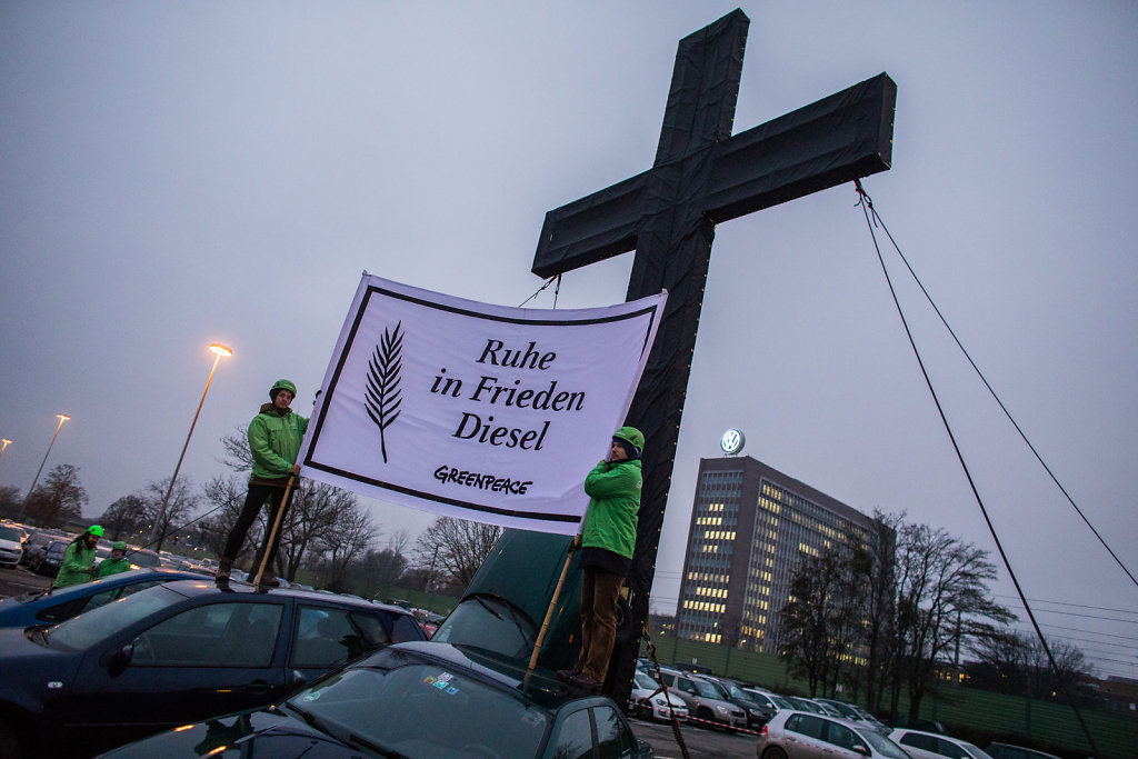 Greenpeace stellt Kreuz vor Volkswagen-Werk auf